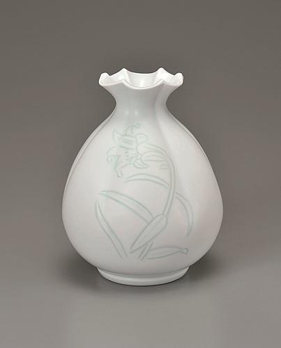 白磁緑百合彫文百合口花瓶