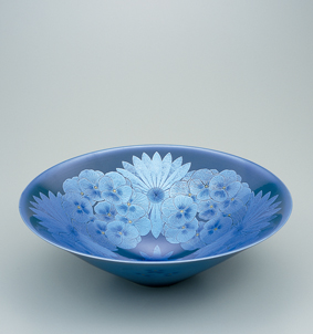墨地淡青釉裏銀彩花文鉢
