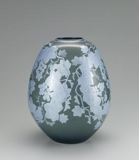 墨地紫苑釉裏銀彩葡萄文面取壺