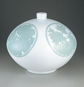 白磁緑釉椿彫文壺