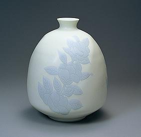 黄緑釉椿彫文面取壺
