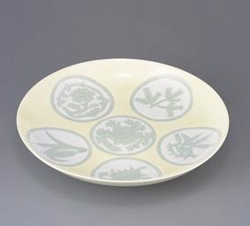 白磁黄緑釉彫文皿