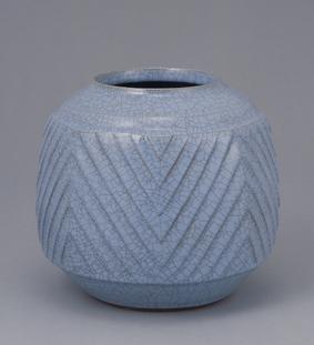 青瓷面取彫文壺