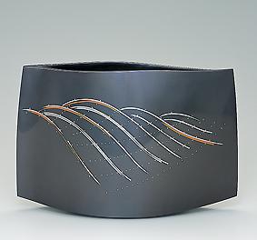 鋳ぐるみ鋳銅花器「悠波」