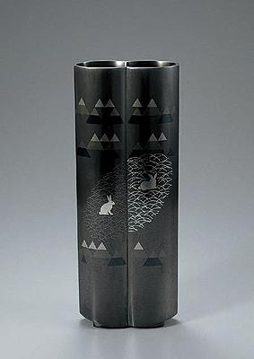 象嵌朧銀花器「草叢に遊ぶ」